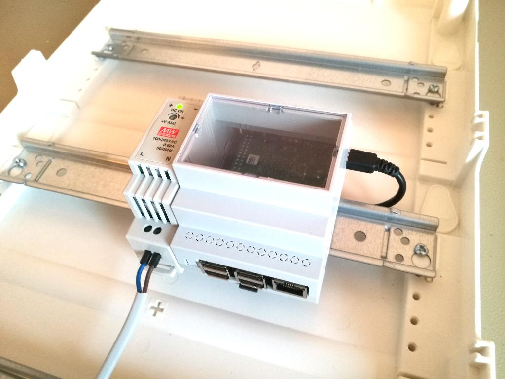 RasPiBox Compact mit Netzteil montiert im Schrank