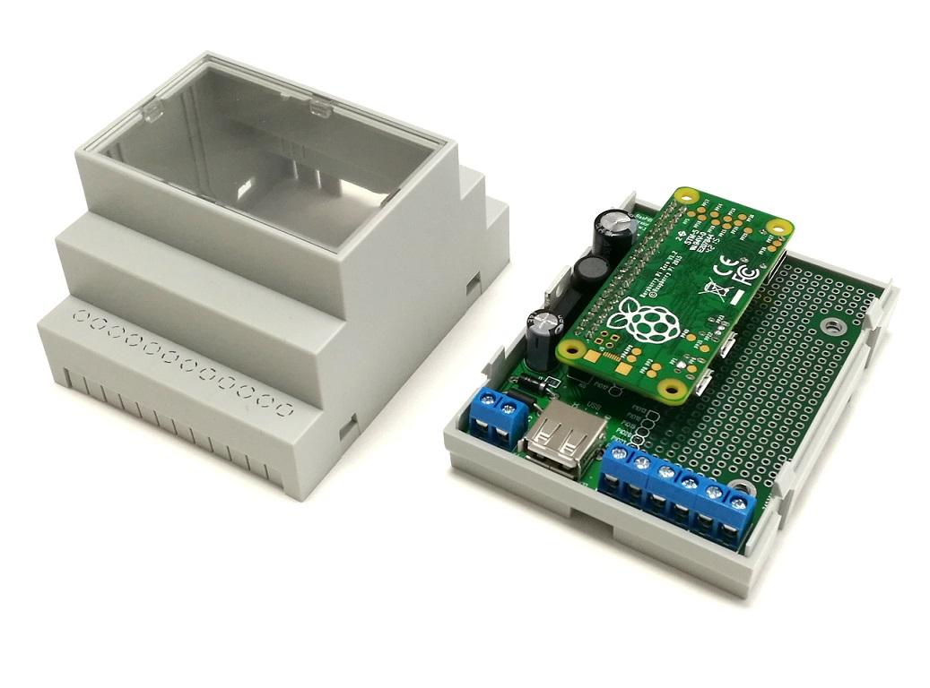RasPiBox Zero geöffnet mit gestecktem Pi Zero