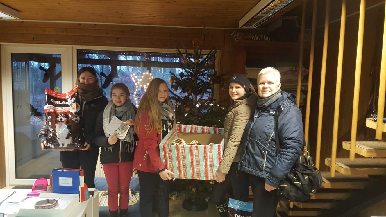 Eine schöne Überraschung zum Jahresende! Die Reiterinnen vom Reitsportverein Hambrock haben zu Weihnachten auf Süßes verzichtet und gemeinsam 150€ und Futterspenden für unsere Schützlinge gesammelt!