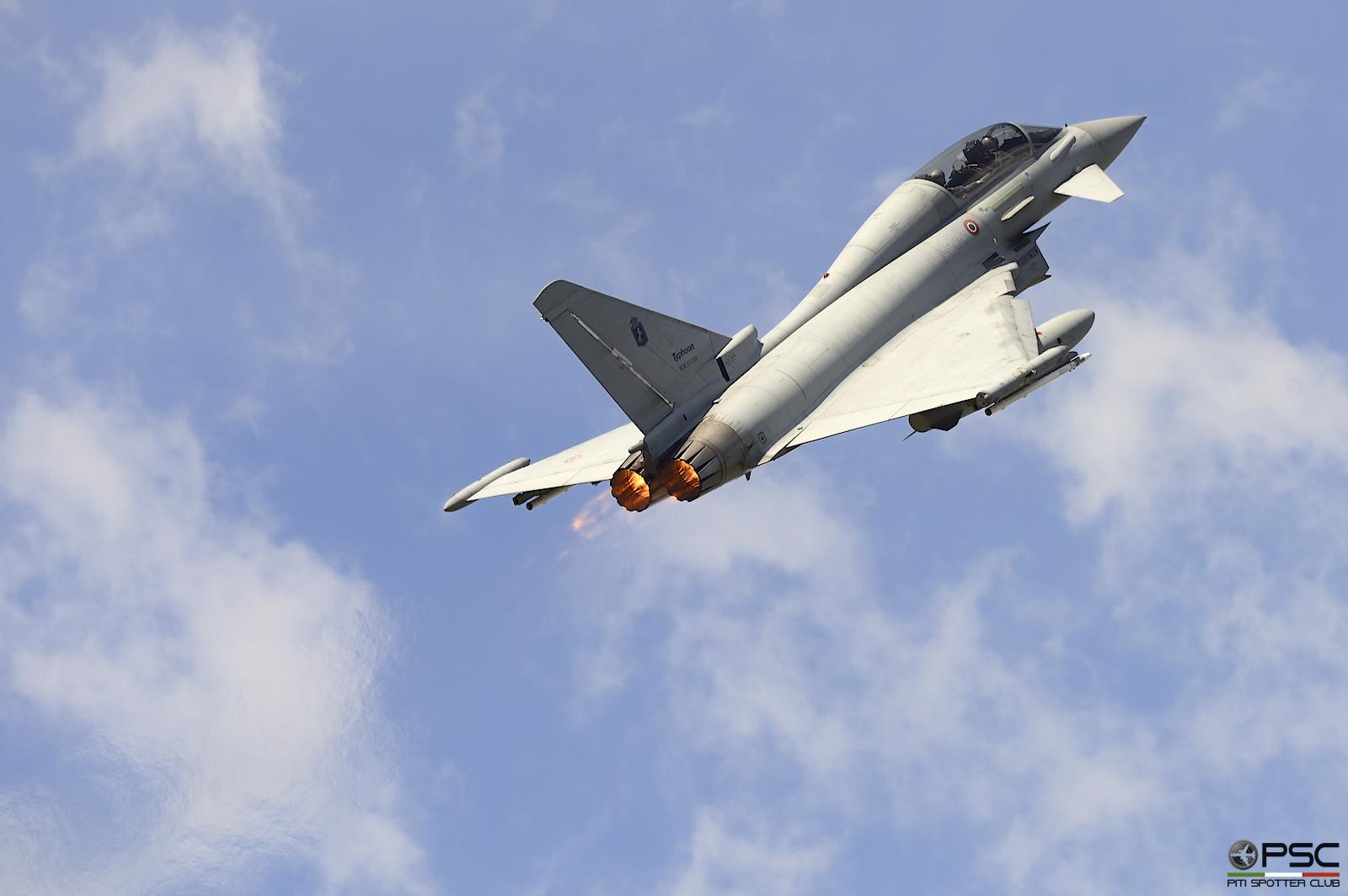 Dopo il passaggio di un Tornado basato a Ghedi (6-11 MM7058) si sono levati in volo due Typhoon di Grosseto, atterrati a Villa il pomeriggio precedente.