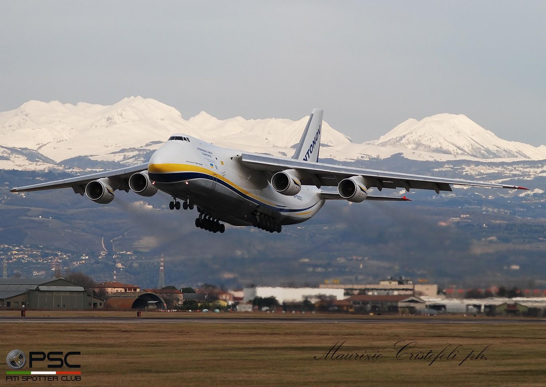"""An-124-100 """"Ruslan"""" UR-82027  tra pioggia, vento e neve"""