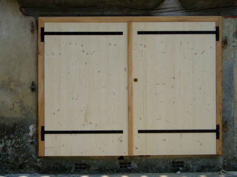 Portail en 3 plis avec encadrement en cèdre, côté extérieur
