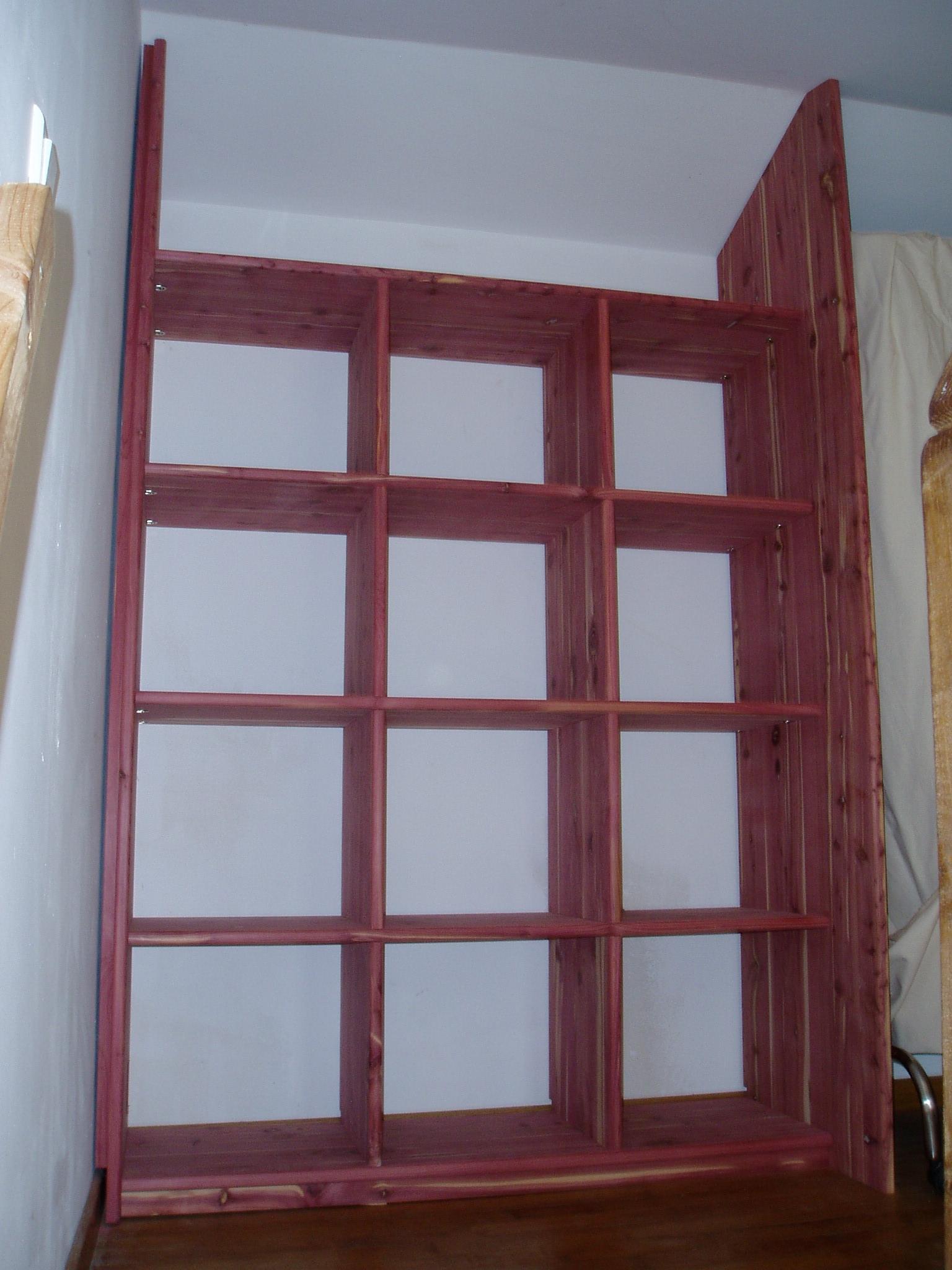 Bibliothèque en cyprès rouge