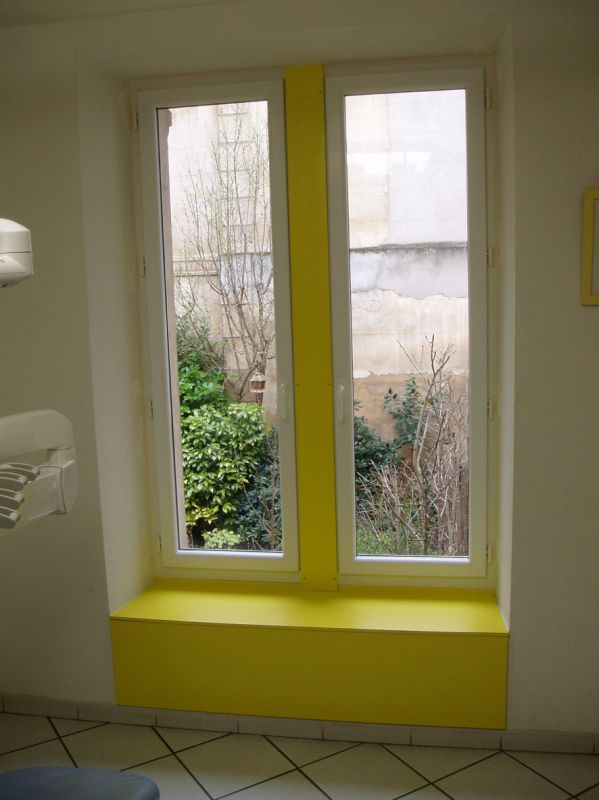 Fenêtre pvc droite, habillage stratifié jaune