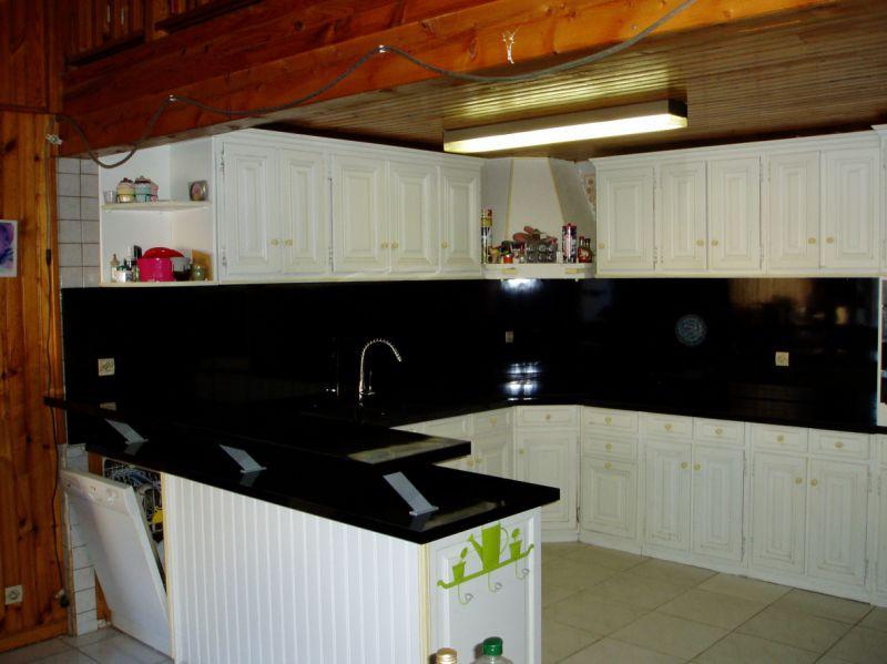 La même cuisine avec plateau bar