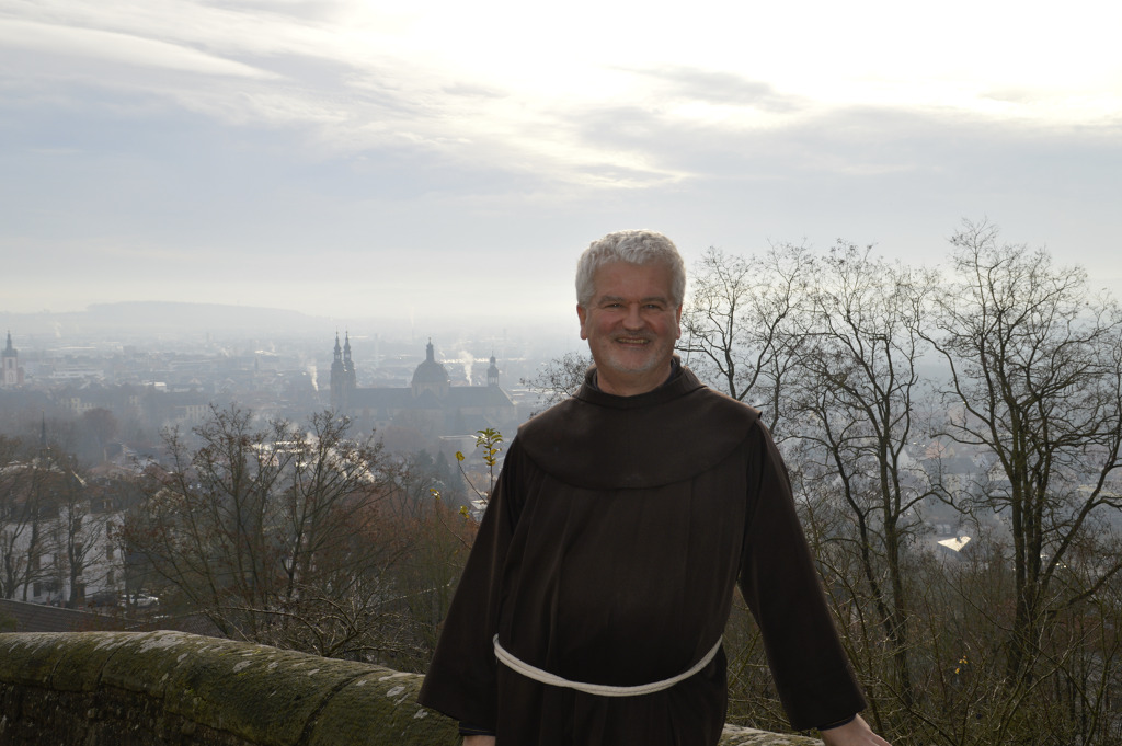 Pater Christoph ist neu im Konvent der Franziskaner am Frauenberg. Aus Vierzehnheiligen hat er seinen spirituellen Online-Adventskalender mitgebracht. Die Texte und Übungen gibt es auch als Buch und als E-Book.