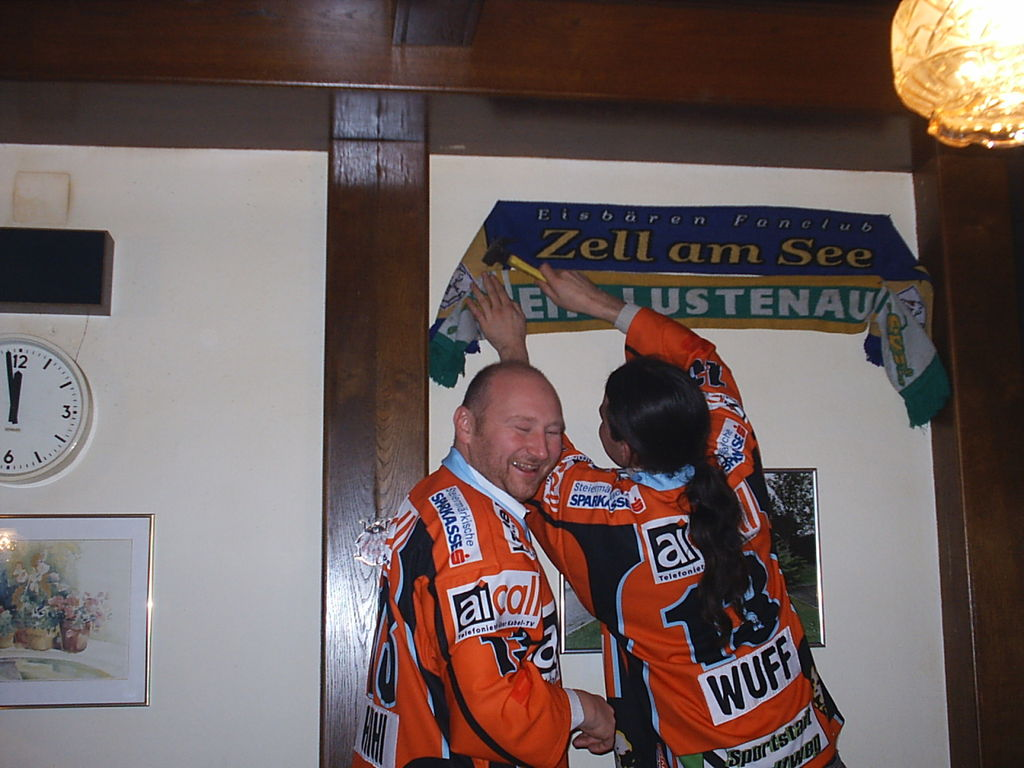 Obligatorisch unter Eishockeyfans man tauscht denn Schal aus