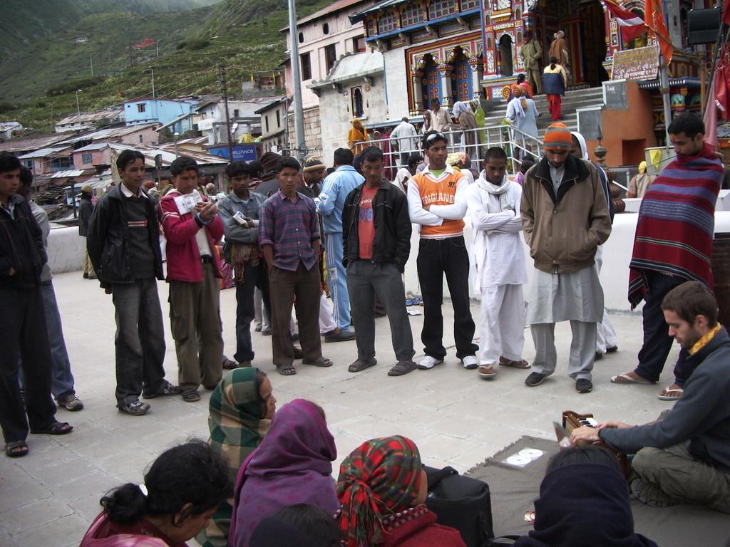 Mantra-Singen in Badrinatha, Himalaya - direkt vor dem Badri-Narayana-Tempel, einem der heiligsten Orte Indiens, Sommer 2008
