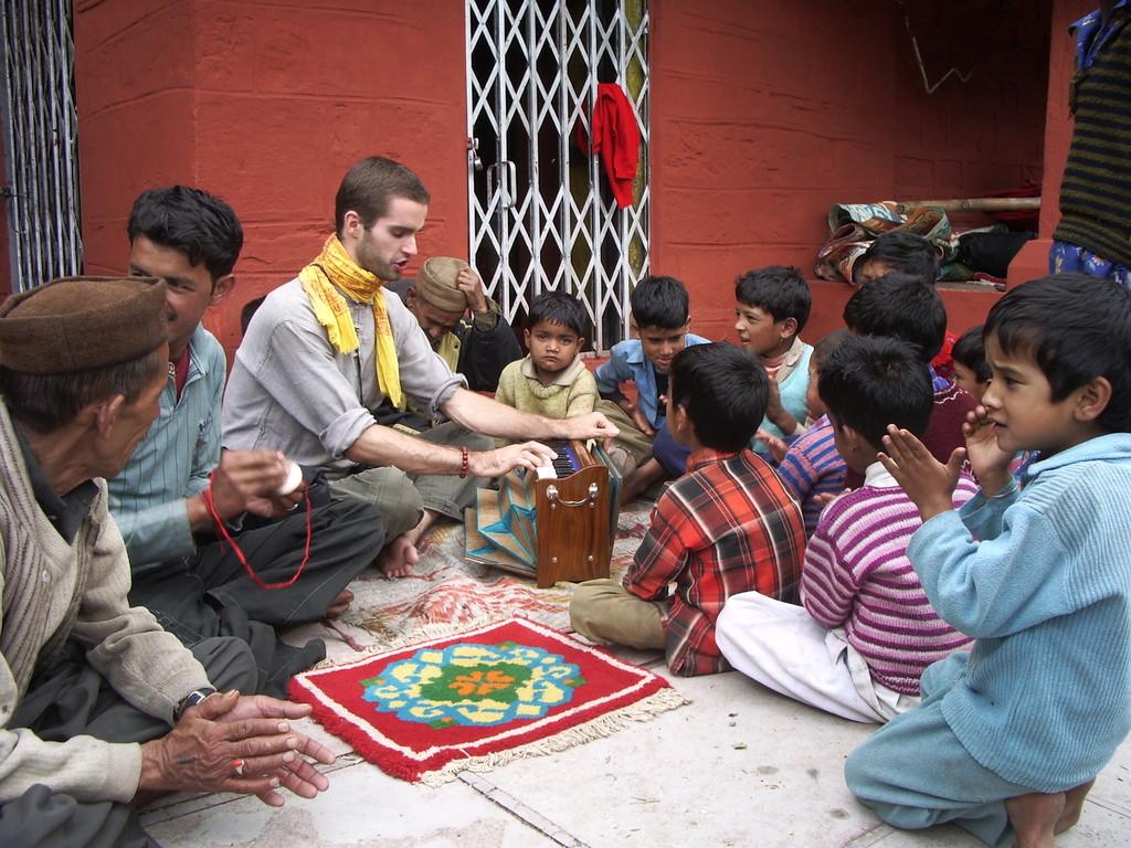 Mantra-Singen mit Dorfbewohnern in Jankichatti im Himalaya, Indien
