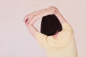 肩関節を動かしている