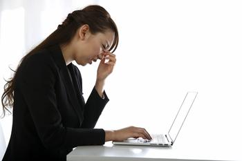 デスクワークでのコリが難聴や耳鳴りを起こす原因の一つです