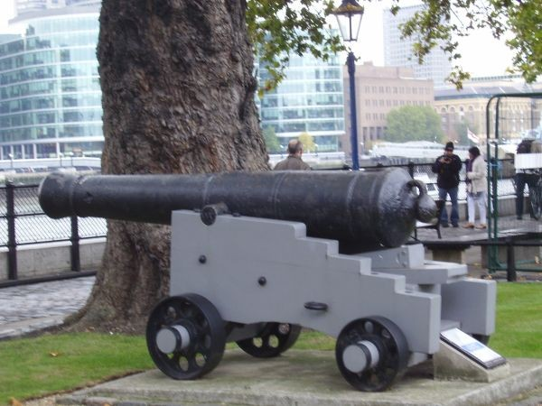 Kanonen an der Tower Bridge