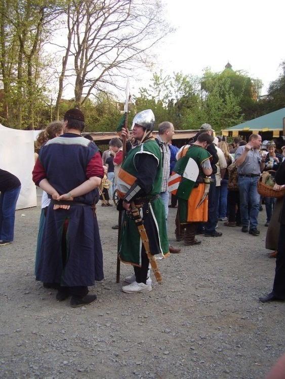 ein Ritter auf dem Markte mit neiartigem Schuhwerk