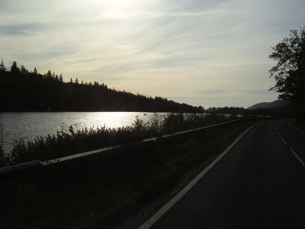Loch Ness bei Gegenlicht