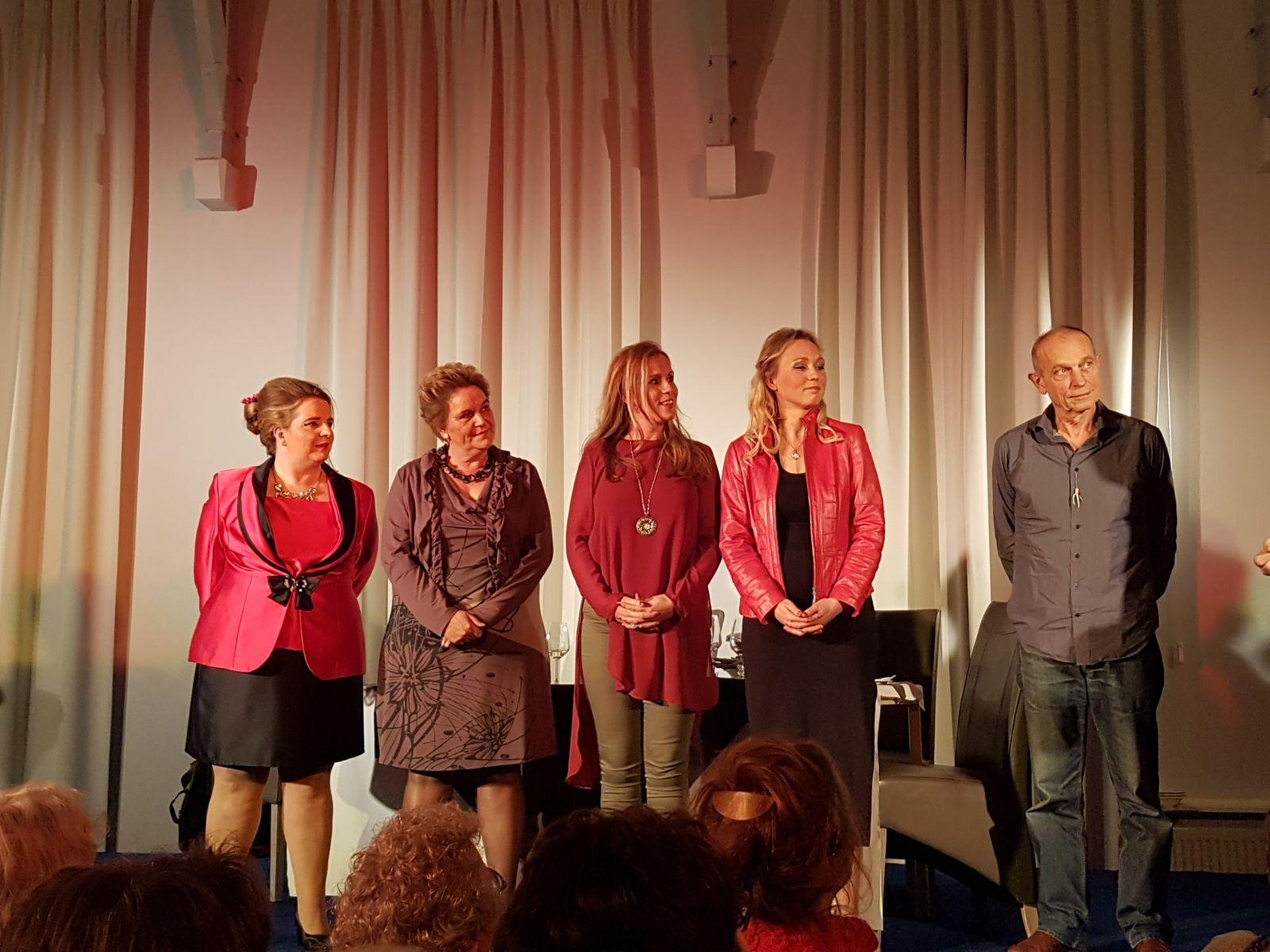Theatergroep Sequoia van links naar rechts: Laura ten Hag, Henny Veeneman, Saskia van Egmond, Maartje Otten en Willem Westermann
