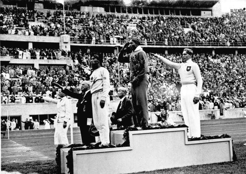 Jesse Owens (milieu) et Luz long (droite) sur le podium du saut en longueur aux Jeux olympiques de Berlin 1936