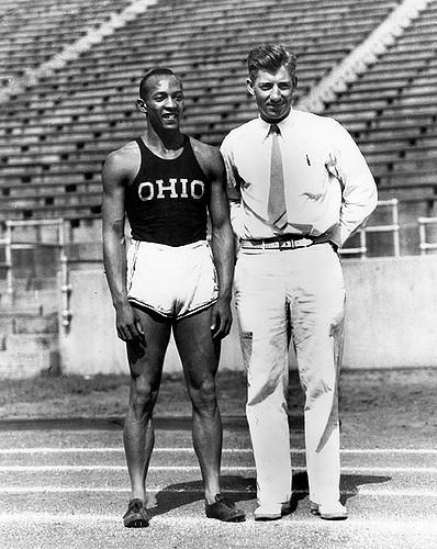 Jesse Owens et son entraîneur Larry Snyder (crédits : Université d'État de l'Ohio)