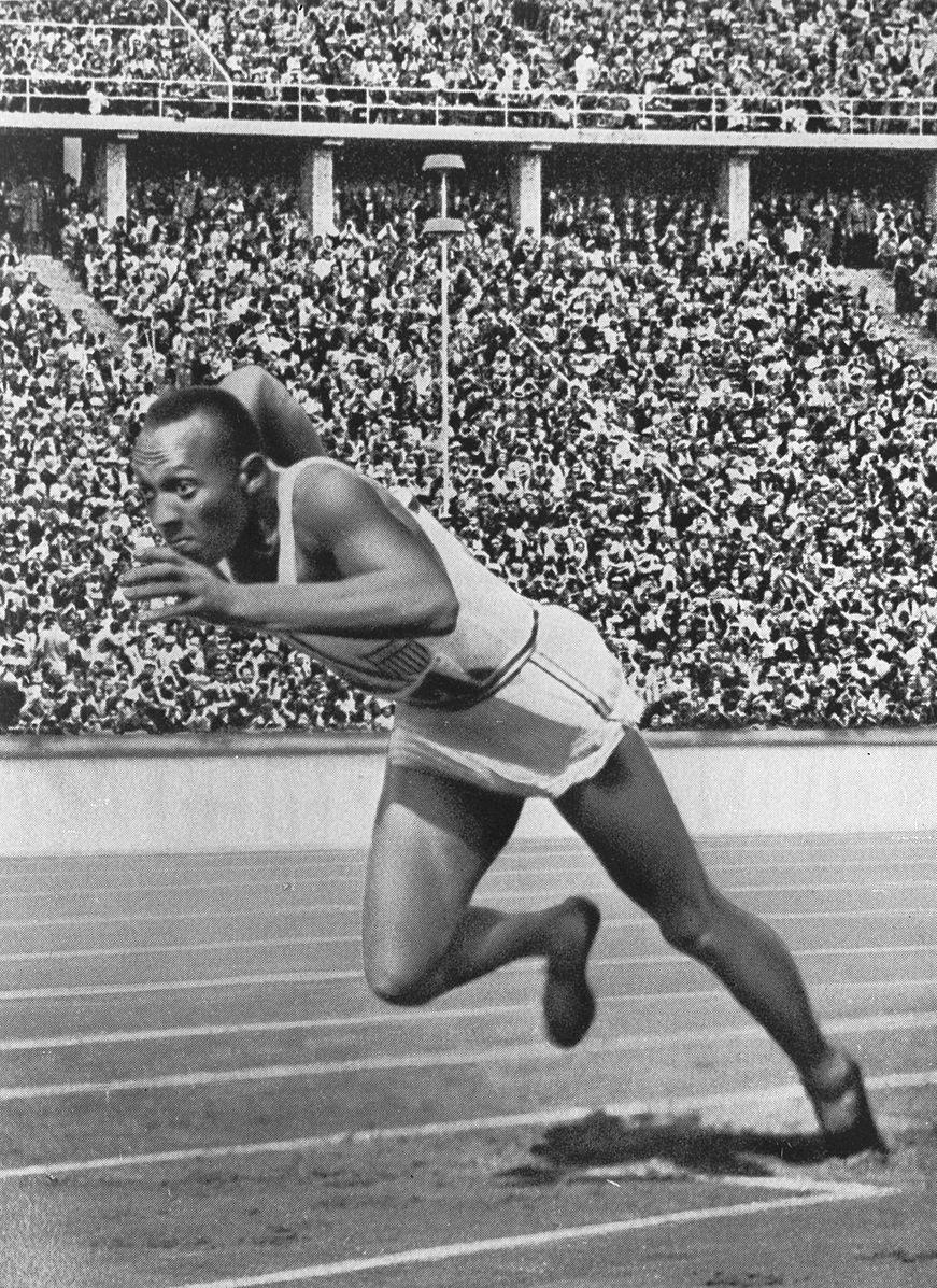 Jesse Owens s'élançant pour le 200m