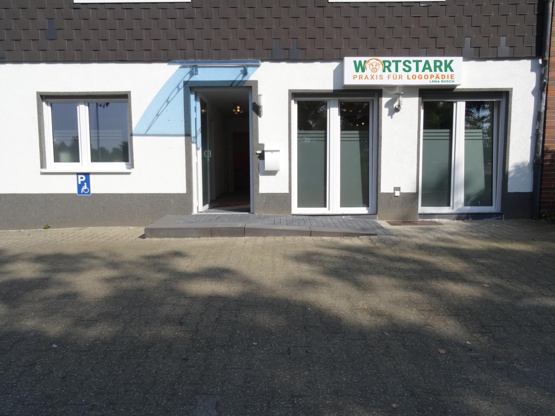 Barrierefreier Eingangsbereich mit Parkplätzen direkt vor der Tür