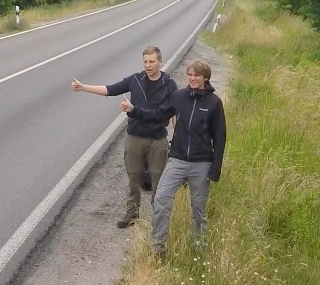 Kurz nach dem Aufbruch - Deutsche Autobahnauffahrt - Jannis Riebschläger (rechts) und Joel Galla (links)