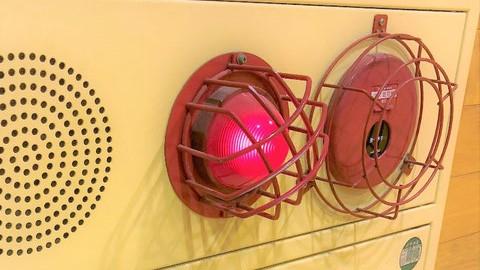 表示灯と発信機を守る鉄製の赤いガード