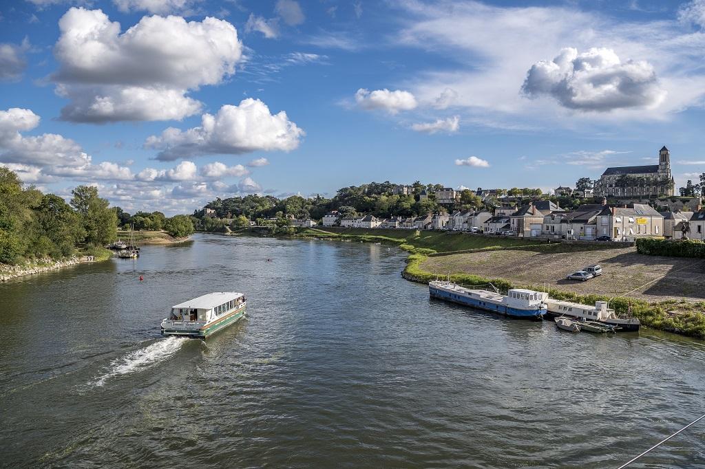 La Ligériade II naviguant sur la Loire aux abords de Montjean-sur-Loire et de son église, © Dominique Drouet