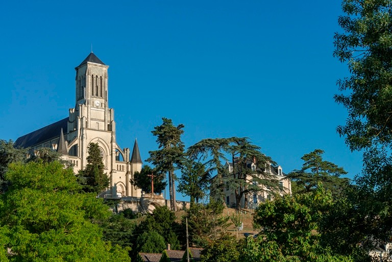 L'église, construite à l'emplacement de l'ancien château de Montjean sur Loire, © Dominique Drouet