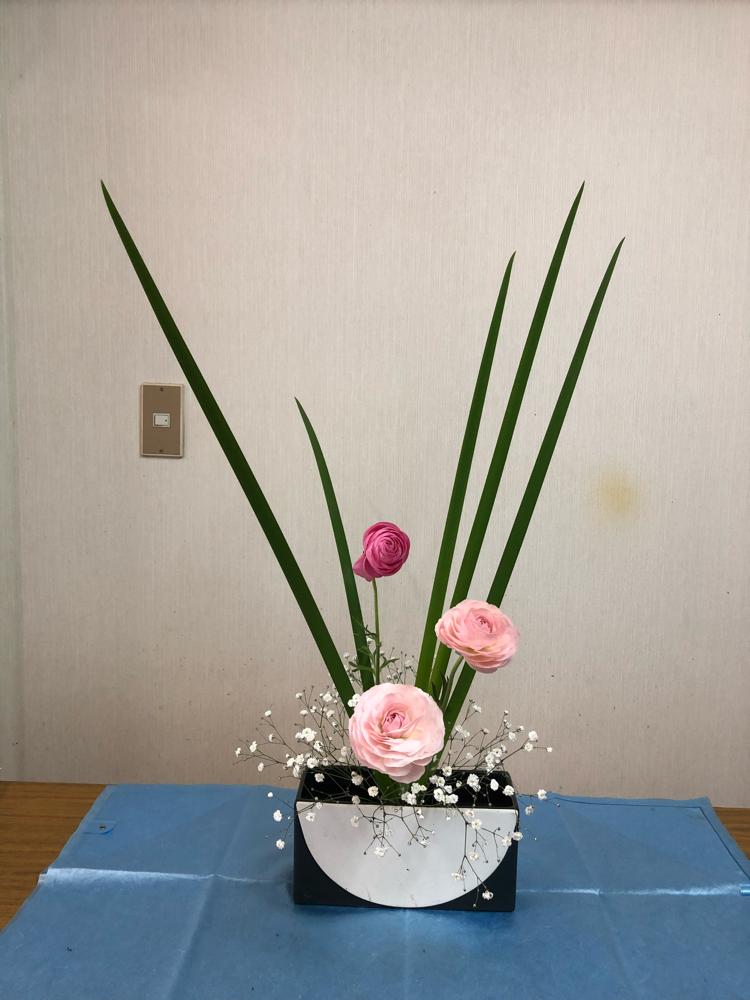 同じ花材ですが、オクロルレカの入れ方と花の色で         雰囲気が違いますね。