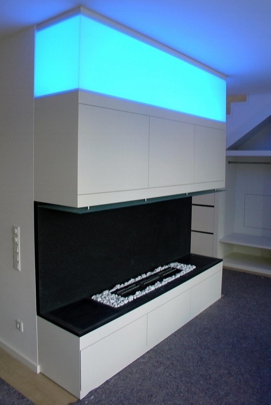 Kaminanlage (Ethanol), lackiert, Natursteinplatte, Glasabdeckung, indirekte Beleuchtung (LED) hinter Glas