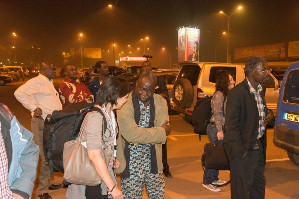 In der Mitte David Damolga, rechts Dramane Toe vor dem Flughafen Ouagadougou