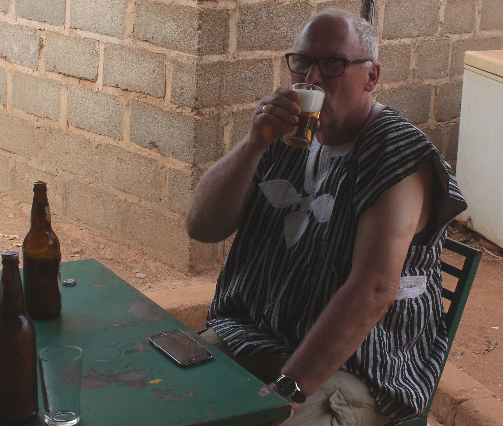 Beim Feierabendbier in einer Kneipe in Bilanga