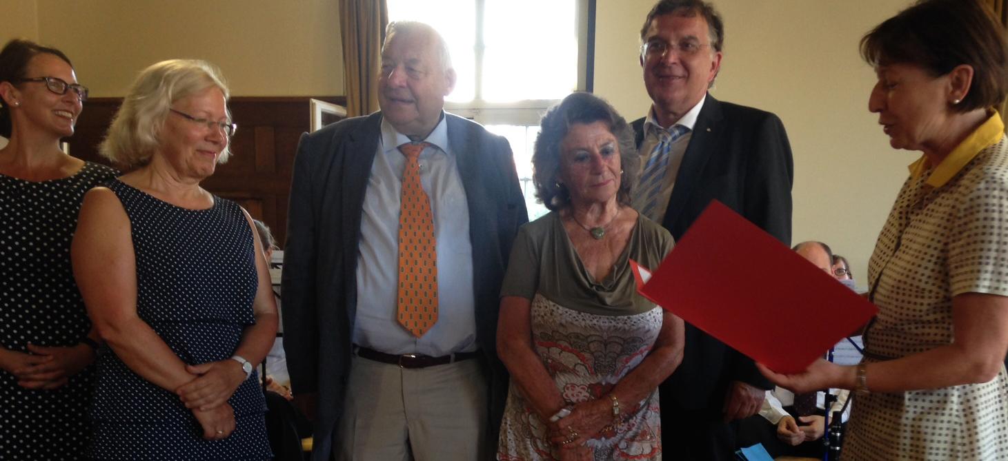 25.07.16. Thea Härer, Zweite von links, erhält die Ehrenmünze der Landeshauptstadt