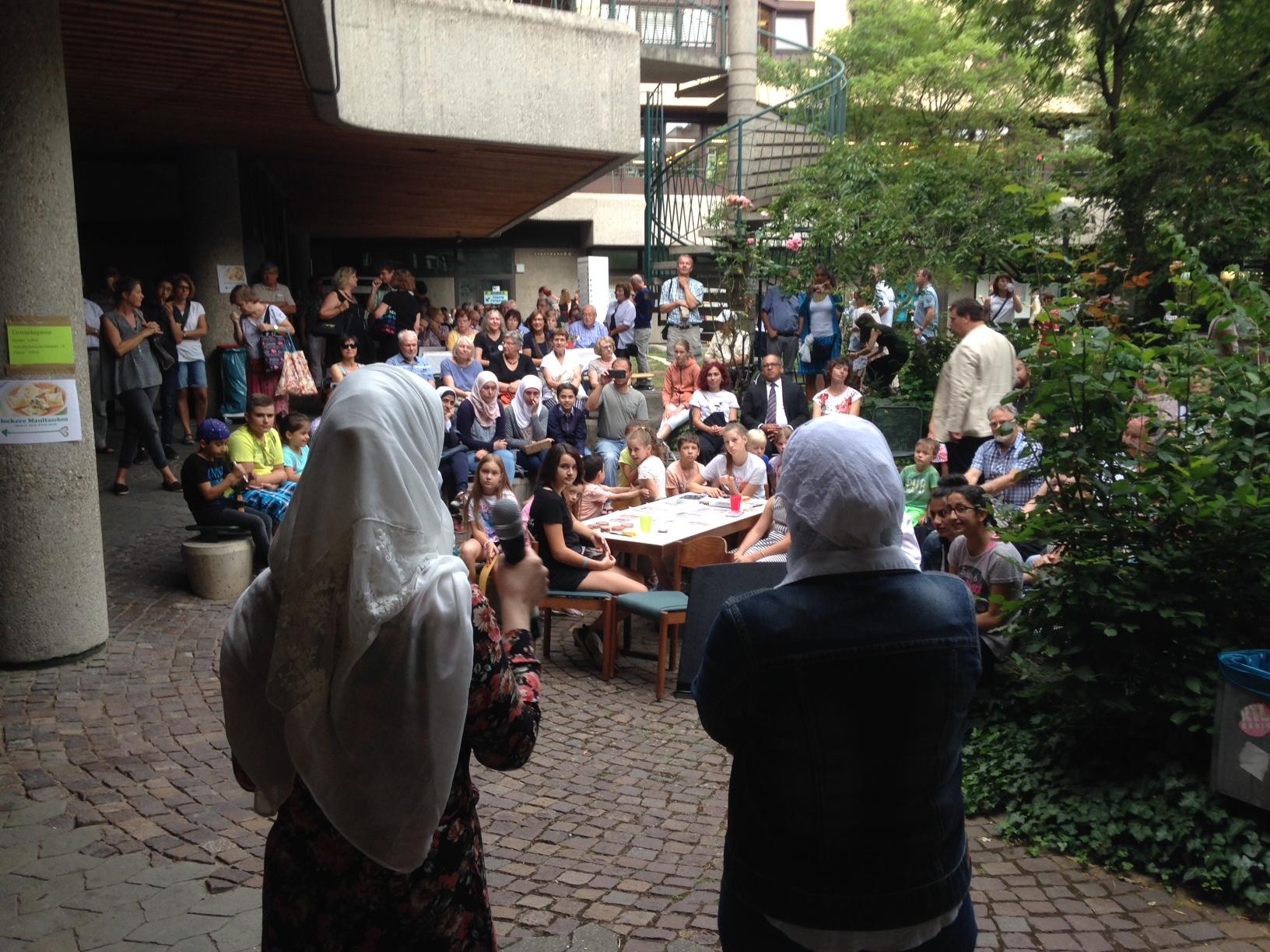 Rauaa Albakhit und Raewa Moanja lesen ein Gedicht in arabischer und deutscher Sprache.