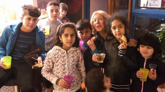 """15.03.17 Thea Härer mit """"ihren"""" Kindern beim Treff International"""