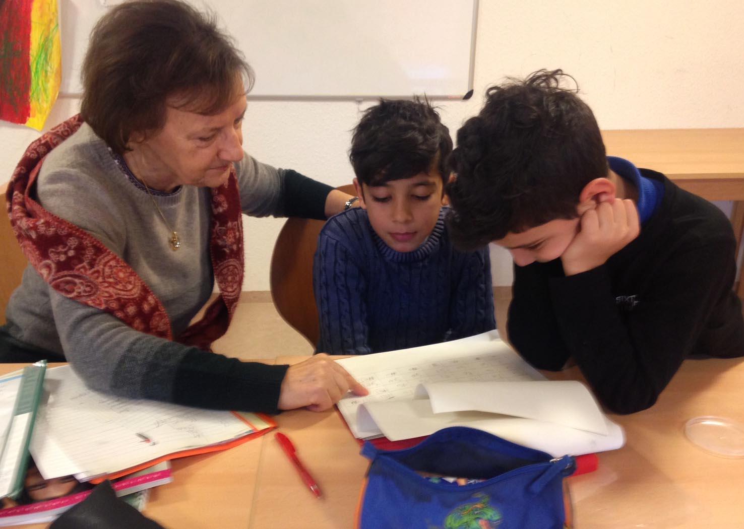 Renate Stütz und Margit Dorenburg bei der Hausaufgabenbetreuung
