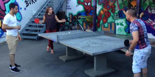 und Sozialbetreuerin Danijela beim Tischtennismatch