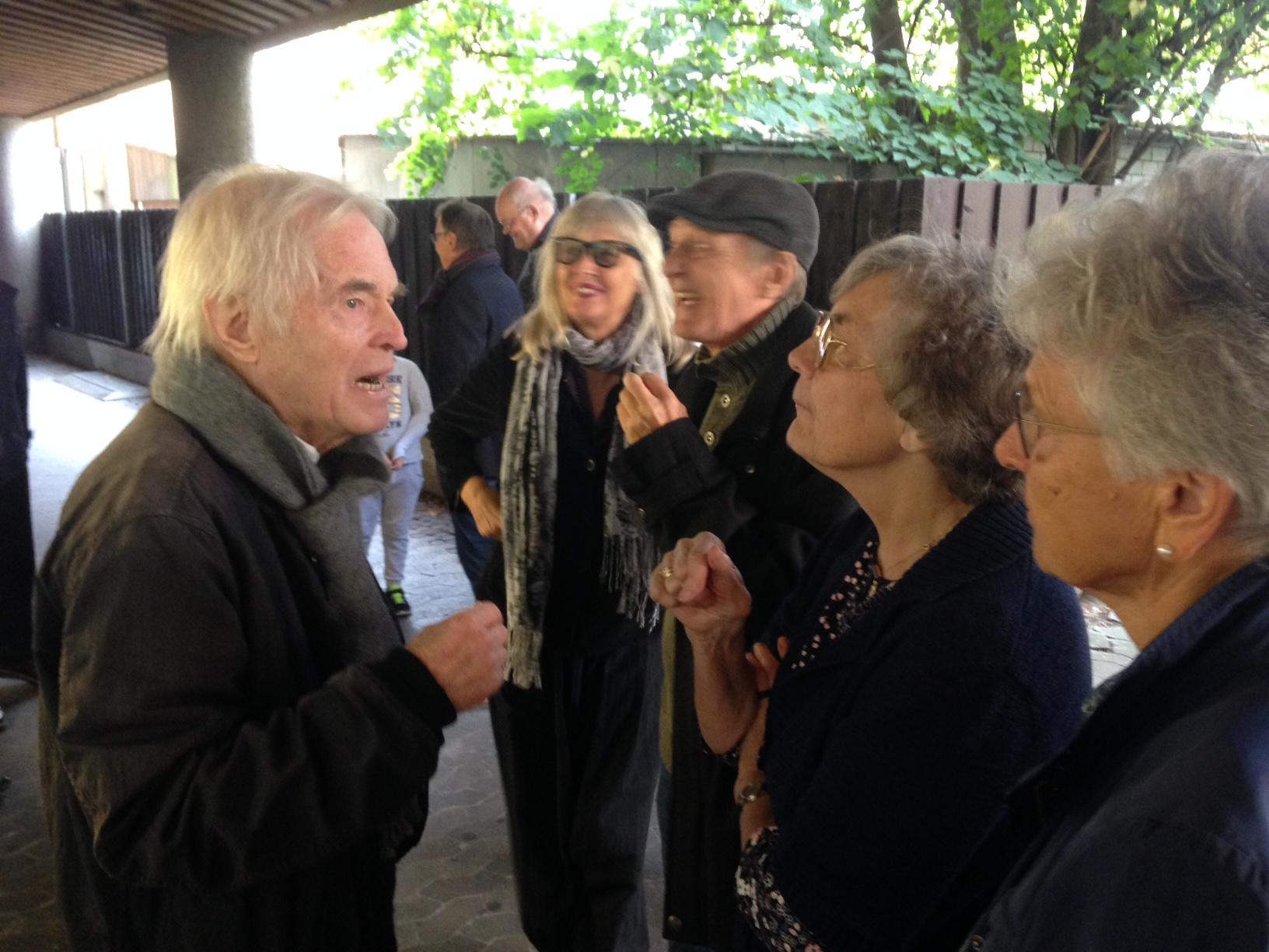 Die Zuschauer sind von der Ausstellung im Innenhof des Burgenlandzentrum begeistert.