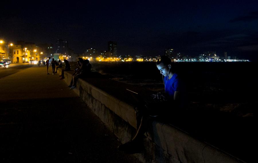 Havanos Malekonas sutemus virsta viena didele bendravimo erdve