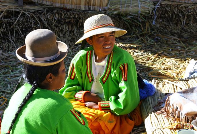 Nendrinių salų moterys urės ir aimarės Titikakos ežere Peru