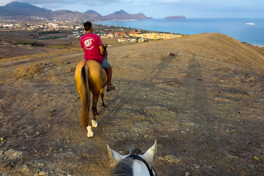 Su sala atsisveikinu sėdėdama ant žirgo, nuo kalvos žvelgdama į vandenyną / Foto: Kristina Stalnionytė