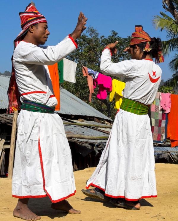 Hatibandos vyrai šoka genties šokį Bangladeše Čitagongo kalvų ruože