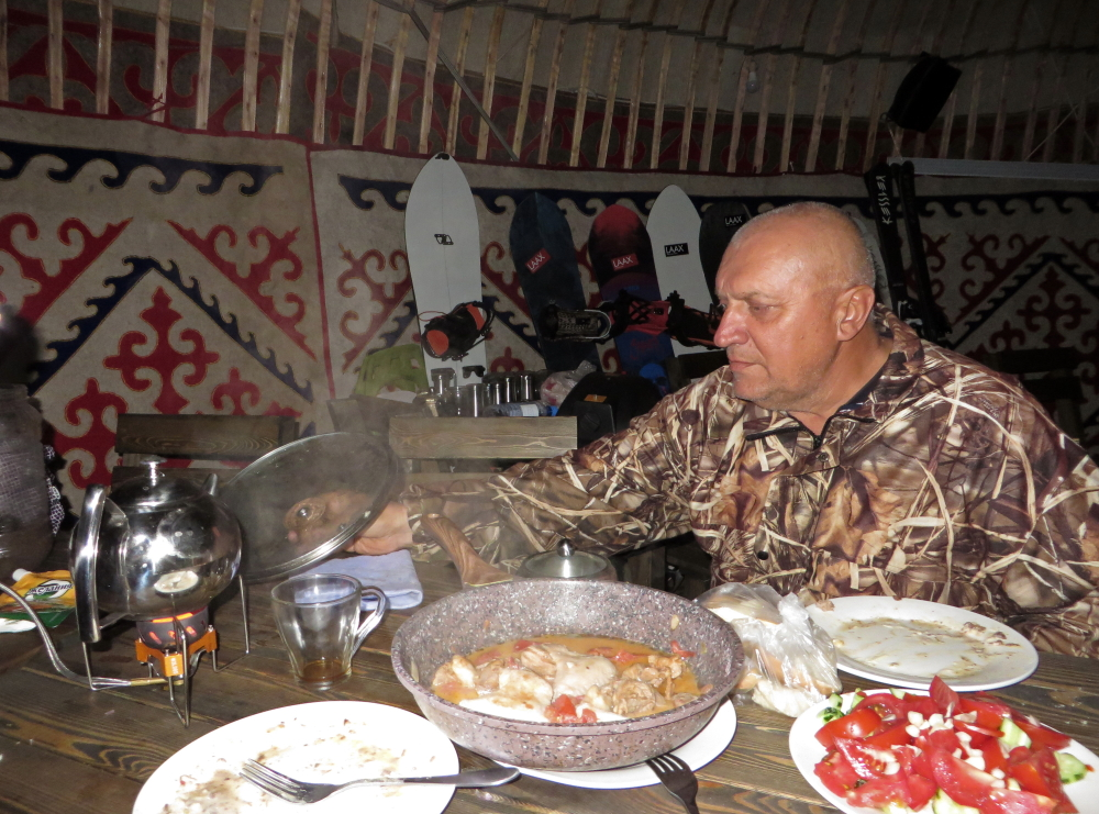Stasas vaišina šašlykais jurtoje - Talgaro perėja