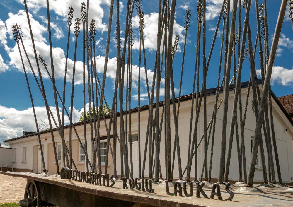 """Skulptūra Pašto stoties kieme """"Keliaujantis rugių laukas"""" / Foto: Kristina Stalnionytė"""