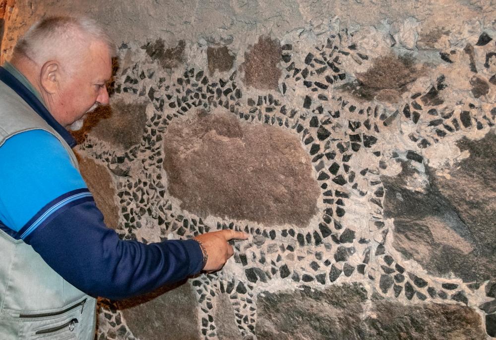Jonas Pleckevičius Utenos pašto stoties rūsyje rodo senovinio mūrijimo ypatumus