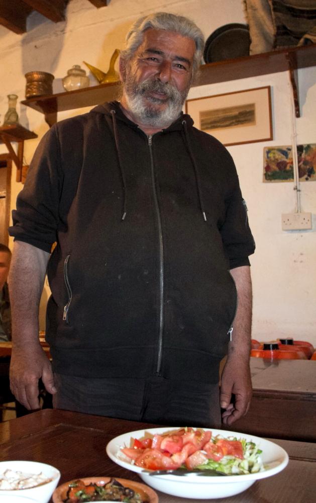 "Šeimininkas Georg'as ""Seven St. George's"" tavernoje Geroskipou Kipre"