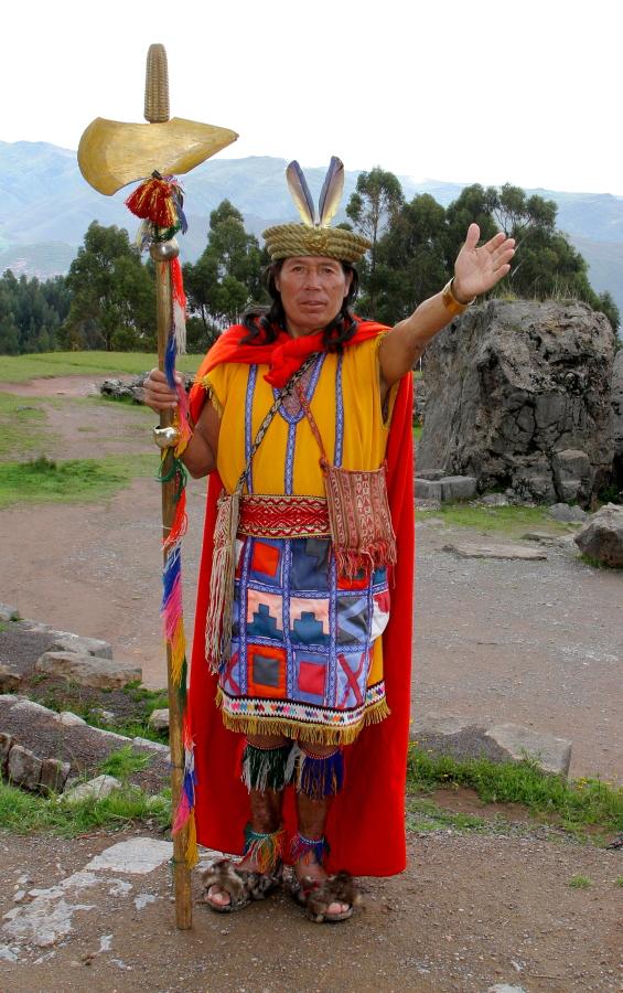 Inko kostiumu persirengęs aktorius vienoje iš Kuską supančių šventyklų