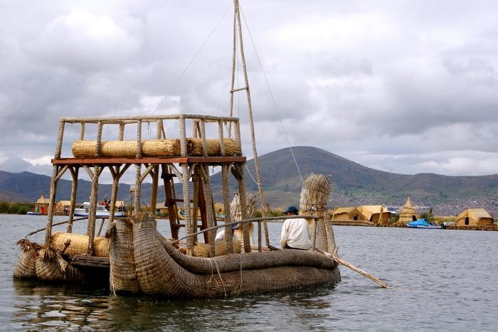 Turistams pastatytas nendrinis laivas Titikakos ežere Peru