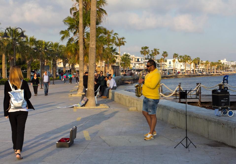 Kato Pafos krantinėje groja muzikantas