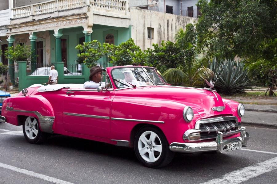 Kuo Kuboje automobilis ryškesnis, egzotiškesnis ir labiau nublizgintas, tuo daugiau šansų pakabinti turistų