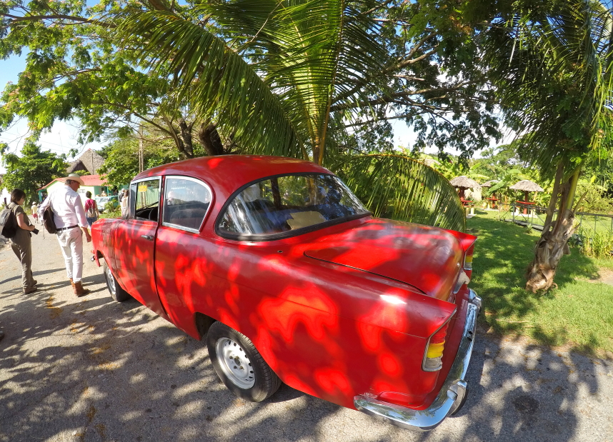 Suremontuotas senovinis automobilis Vinjaleso gatvėje